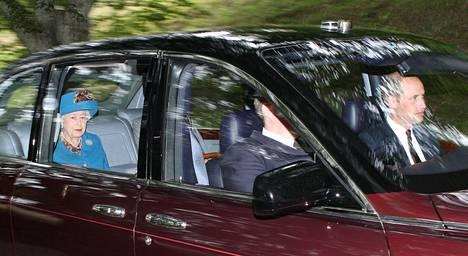 Kuningatar Elisabetin on saanut seurakseen myös lapsenlapsensa prinssi Williamin (etupenkillä) perheineen.