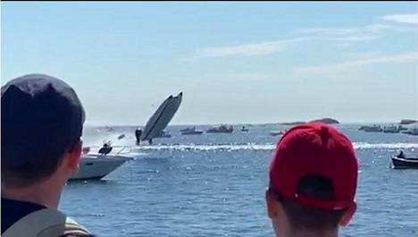 Kilpavene lensi ilmaan törmäyksen yhteydessä.