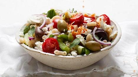 Kreikkalaistyylinen pastasalaatti yhdistää rapeat ja pehmeät ainekset samaan kulhoon.