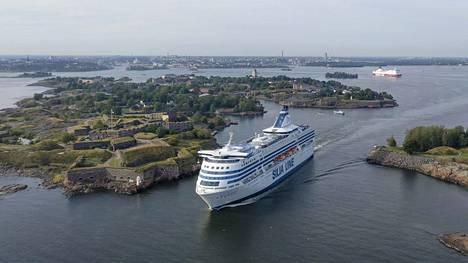 Tallink Siljan ja Viking Linen alukset kulkevat Kustaanmiekan salmesta päivittäin.