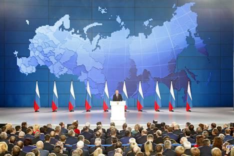 Vladimir Putinin linjapuheen taustalla oli suuri videotaulu, jossa näkyi joko Venäjän kartta tai Venäjän lippu hänen puheensa aikana.