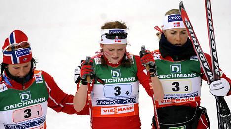 Marit Björgen (vas.) ja Kristin Steira (vas.) lohduttavat ankkuriosuudella neljänneksi pudonnutta Marthe Kristofferseniä.