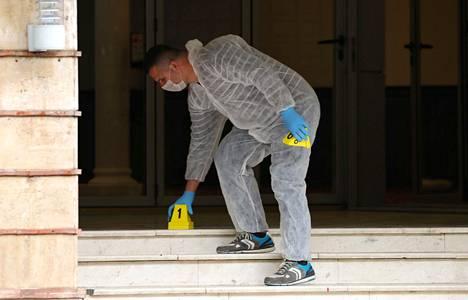 Poliisin rikospaikkatutkija työskenteli moskeijalla maanantaina.