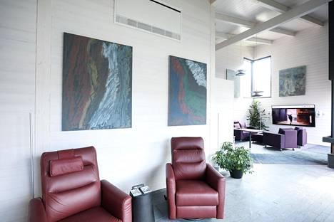 Mikaelin maalaamat taulut sekä TV:n yläpuolella Mikaelin äidin teos.