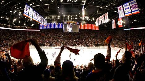Nassau Coliseumin äänekäs kotiyleisö tarjosi tukensa Islandersille. Se ei kuitenkaan riittänyt voittoon.
