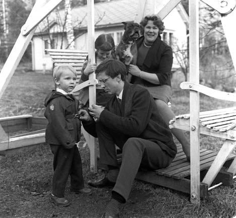 Säveltäjä Einojuhani Rautavaara perheineen pihakeinussa. Kuvassa vasemmalla Einojuhanin ja Mariaheidin poika Markojuhani, takana oikealla vaimo Mariaheidi.
