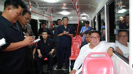 Pohjois-Korean johtaja Kim Jong-un tutustui paikalliseen bussitehtaaseen Pjongjangissa 4. elokuuta.