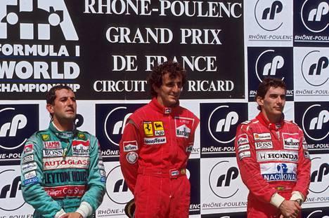 Palkintopallilla Alain Prost, Ayrton Senna ja... Ivan Capelli? Sennan ilmeestä näkee, että nyt hävittiin kaverille, jolle ei pitänyt hävitä.