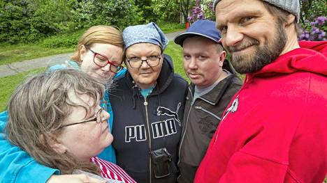 Tuhkulan isäntäpari ja Kotilon väki halaavat aina, kun tavataan tai hyvästellään. Vasemmalta: Anu, Cilla Ekholm-Tiainen, Merja, Arto ja Juho Tiainen.