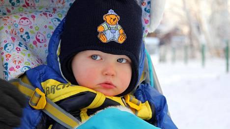 Kukaan voi tuskin kuitenkaan väittää, etteikö päiväkoti-ikäisen lapsen pukeutuminen olisi järkevintä mahdollista talvipukeutumista – kaulureineen ja haalareineen kaikkineen. Kuvan lapsi ei liity juttuun millään tavalla.