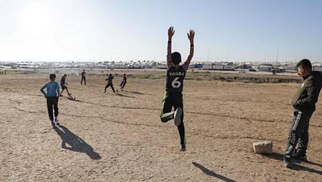 Jesidipojat pelasivat jalkapalloa Irakin Kurdistanissa sijaitsevalla Sharyan pakolaisleirillä viime joulukuussa.