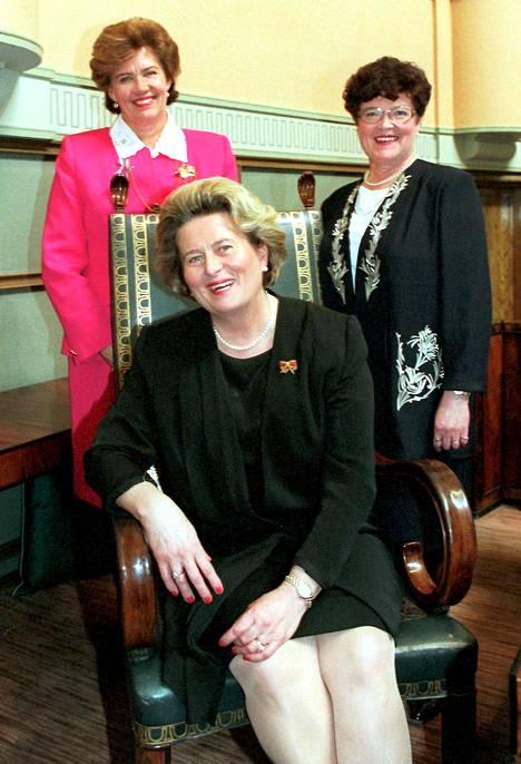 Eduskunnan puhemiehistö kuvattuna toukokuussa 1996: Ensimmäinen varapuhemies Sirkka-Liisa Anttila, toinen varapuhemies Kerttu Törnqvist ja puhemies Riitta Uosukainen (edessä).
