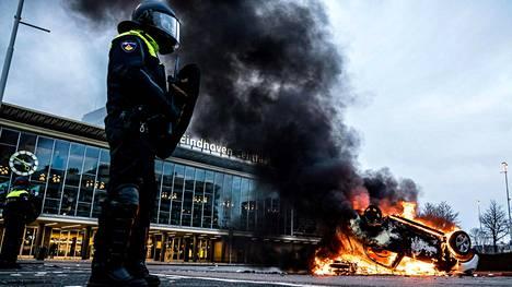 Koronarajoituksia protestoineet sytyttivät autoja tuleen Eindhovenissa.