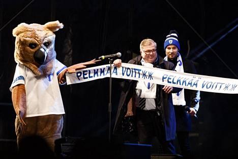 Palloliiton puheenjohtaja Ari Lahti kiitti yleisöä ja joukkuetta.