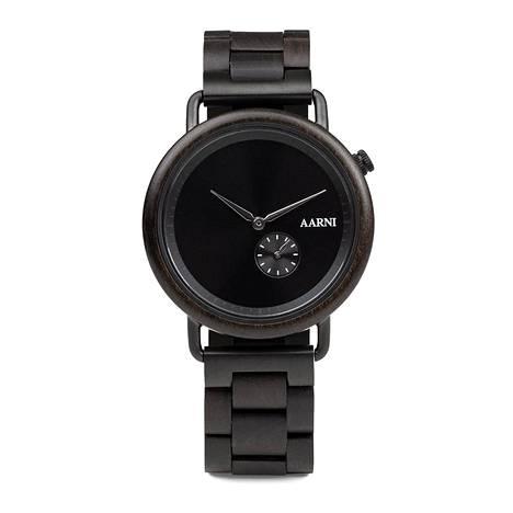 Aarni käyttää kellojensa rannekkeissa eri puulajeja ja hirvennahkaa. Tuotteet ideoidaan kotimaassa ja kootaan Kiinassa. Kuvan kello eebenpuuta. Hinnat vaihtelevat 150 ja 300 euron välillä.