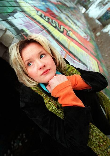 1997: Jonna oli luomassa lapsitähden nahkaansa ja teki uutta levyä. Aikuisiän esikoisalbumi Jonna Tervomaa ilmestyi 1998.