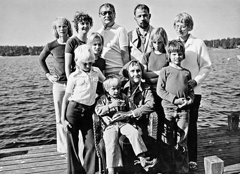 Perhekuva 1970-luvun alusta. Astrid istuu lastenlasten ympäröimänä. Ylärivissä keskellä poika Lasse ja oikealla tytär Karin. Heidän välissään Karinin mies Carl Olof.