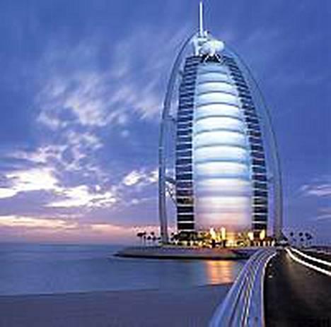 Burj al Arab, maailman ainoa seitsemän tähden hotelli. Siinä yhdistyvät ehkä kaksi kuolemansyntiä, ylpeys ja ahneus.