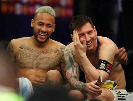 Brasilian Neymar (vas.) ja Argentiinan Lionel Messi naureskelivat sovussa Copa American finaalin jälkeen kaksi viikkoa sitten. Messin Argentiina voitti 1–0. Olisiko aika jälleen kypsä sille, että miehet pelaisivat yhdessä FC Barcelonan paidassa?