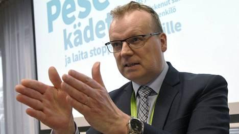 THL:n pääjohtaja Markku Tervahauta painottaa, että koronarokotteet eivät vanhene Suomessa käsiin.