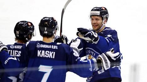 Suomen pelaajat juhlivat Teemu Turusen 3–1-maalia.
