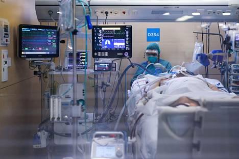 Koronaviruspotilasta hoidetaan barcelonalaisen sairaalan teho-osastolla Espanjassa.