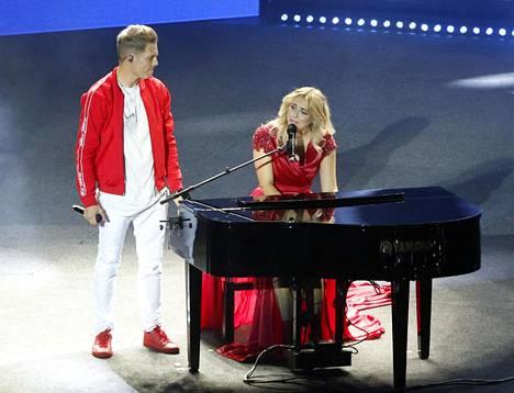 Ilta ja Jare Tiihonen esittivät Sillat-kappaleen Cheekin Valot sammuu -jäähyväiskonserteissa Lahdessa elokuussa 2018.