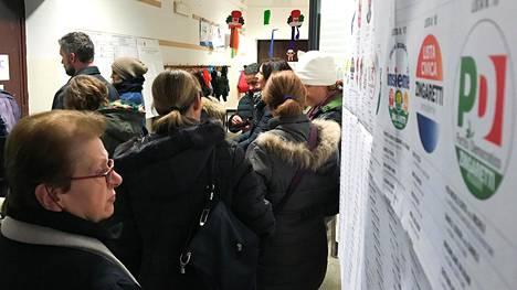 Kuva äänestyspaikalta Roomasta sunnuntaina.