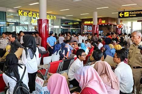 Turmakoneen matkustajien sukulaiset ovat kerääntyneet Depati Amirin lentokentälle Pangkal Pinangissa odottamaan lisätietoa.