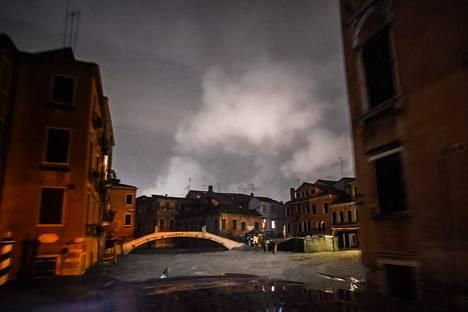 Tulviva vesi nosti Venetsian ikonisten kanaalien veden pintaa korkealle.