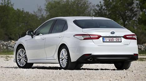 Camry on isoksi sedaniksi varsin linjakas. Toyota ei kuitenkaan kutsu sitä edes markkinoinnin nimissä nelioviseksi coupéksi.