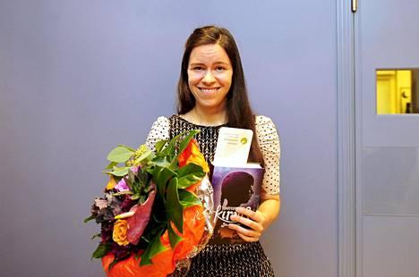 Siiri Enoranta palkittiin Lasten- ja nuortenkirjallisuuden Finlandialla teoksestaan Tuhatkuolevan kirous.