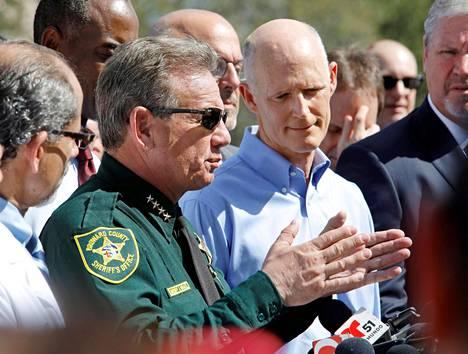 Browardin piirikunnan sheriffi Scott Israel tiedotustilaisuudessa.