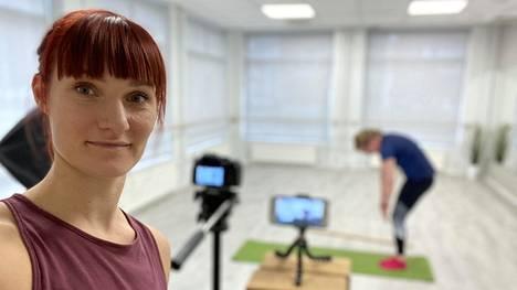 Liikuntastudio Luhtavillan omistaja Tuuli Luhtalampi videokuvauksissa työpaikallaan.