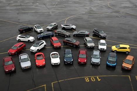Viime vuonna ehdokkaita oli 25 kappaletta (kuvassa), joista voittajaksi selviytyi erittäin tiukan kisan jälkeen Volvo S90/V90.