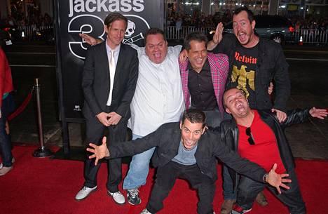 """Spike Jonze, Preston Lacy, Jeff Tremaine, Ehren McGhehey, Steve O ja Jason """"Wee Man"""" Acuna kuvattuna Jackass 3D -elokuvan ensi-illassa."""