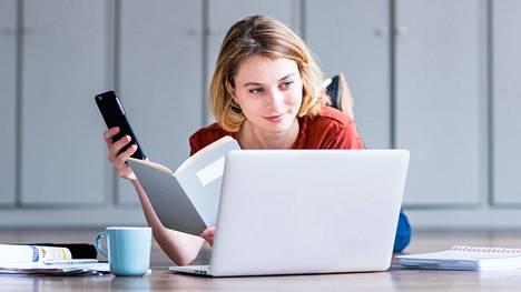 Jos oma nettiyhteys lakkaa toimimasta, apua saa kännykän nettiliittymästä.