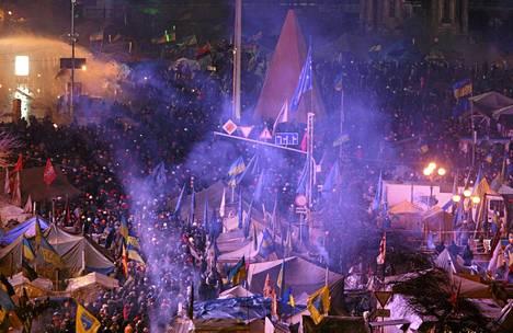 Mielenosoittajia Itsenäisyyden aukiolla Kiovassa.