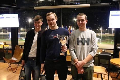 Euroopan mestari Lukas L Svedlundin mukana seremonioissa olivat hopeaa ja pronssia saavuttaneet Oisin Quill (vas.) ja Riku M Lindgren.