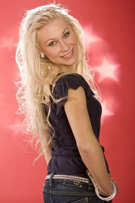 Kuvasatoa Idols-ajoilta. Kristiina oli tuolloin enkelimäisen suloinen nuori tyttö, joka haaveili laulajan ammatista.