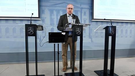 Työministeri Jari Lindström Työ- ja elinkeinoministeriön tiedotustilaisuudessa Helsingissä 27. kesäkuuta 2018.