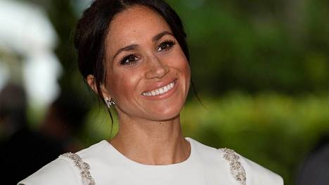 Herttuatar Meghan edusti upeassa valkoisessa luomuksessa Tongan saarella.