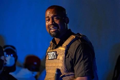 Kanye West esiintyi itkuisena ensimmäisessä vaalitilaisuudessaan.