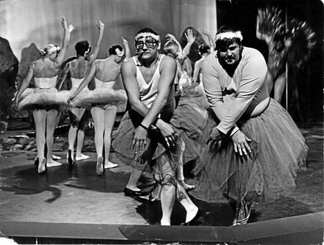 """Ilkka Hemming ja Fredi Kivikasvojen balettissa """"Pienet Joutsenet"""" keväällä 1970. Taustalla Suomen Kansallisoopperan balettiryhmää."""