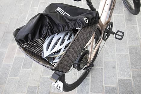 Pyöräilykypärä on tallessa Bond-pyörän takakorissa. Mopokypärää ei käyttöön vaadita.
