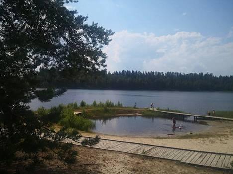Hiisijärven hiekoilla sijaitsee uimapotero, jossa ei ole äkkisyvää. Paikka sopii lapsiperheille.