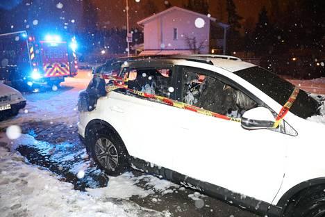 Henkilöauto syttyi tuleen Helsingin Malmilla.