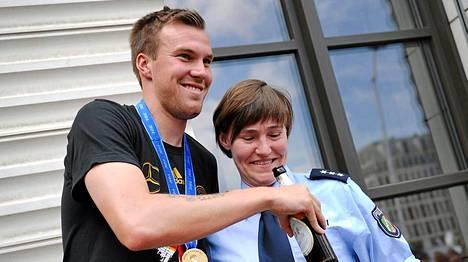 Kevin Großkreutz pääsi poseeraamaan mestaruusjuhlissa myös saksalaisen poliisin kanssa.