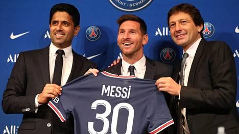 Siinä se nyt on. Lionel Messi esiteltiin virallisesti PSG:n pelaajana. Vasemmalla PSG:n puheenjohtaja Nasser Al-Khelaifi ja oikealla urheilujohtaja Leonardo Araujo.