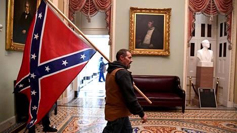 Näky, jota ei ole ennen nähty. Konfederaation lippu US Capitolilla.